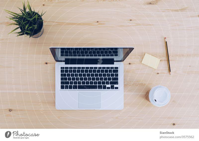 Draufsicht auf Holzarbeitsplatz mit Kaffee, Laptop oben Hintergrund blanko Business Computer Kopie copyspace Tasse Schreibtisch Keyboard Nachricht Hinweis