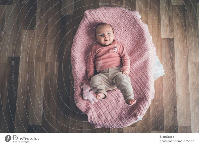 Süßes Baby im Korb liegend, Ansicht von oben. Bett weiß wenig niedlich neugeboren heimwärts jung Kind Säugling Kindheit Top bezaubernd schön rosa Gesundheit