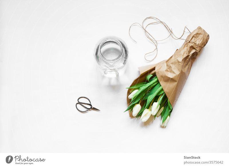 Blumenstrauss aus weissen Tulpen und Accessoires vereinzelt weiß Hintergrund Tag Blumenstrauß Vase Schere Frühling Natur grün schön Mütter Raum Haufen Schönheit
