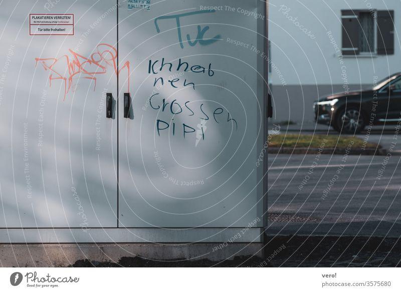 Schrift: ich hab nen großen... Farbfoto Menschenleer Außenaufnahme Textfreiraum unten authentisch Freiheit Zentralperspektive Tag Respekt bescheiden Straße