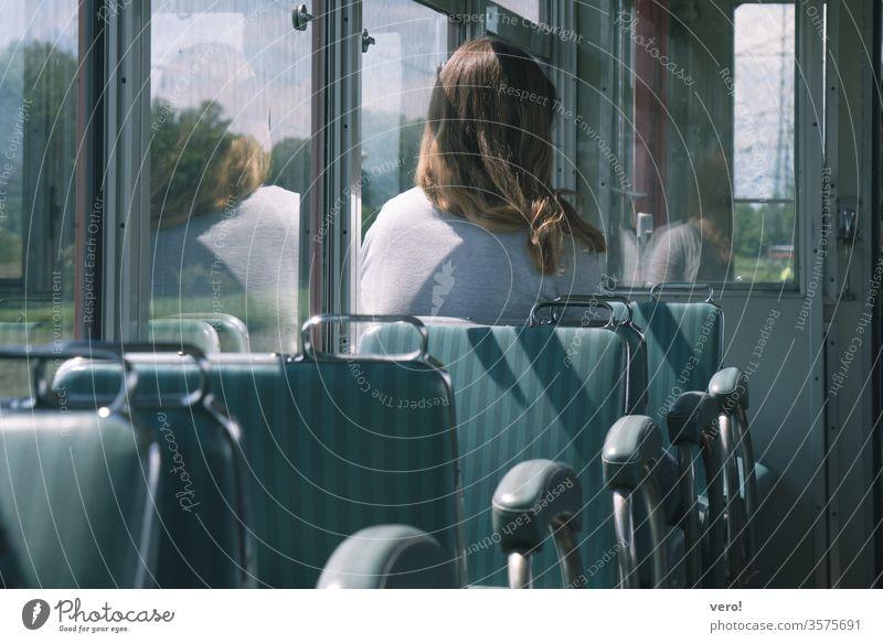 Frau in altem Zugwagon im Innenbereich Wagen Stuhl Bewegung Reisen Eisenbahn Ausflug bewegend Fahrzeug Verkehr Öffentlich Fenster Sitz im Inneren Transport