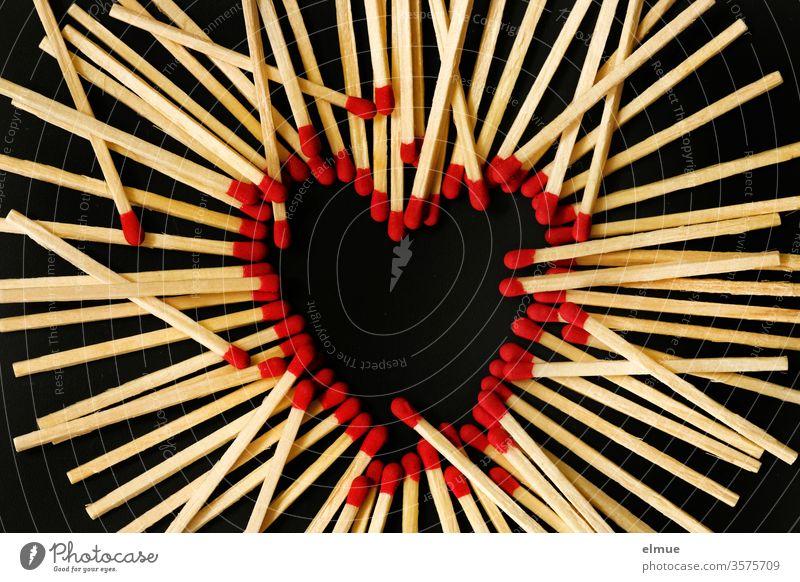 Photochallenge I Streichhölzer auf schwarzem Grund - rote Streichholzköpfe bilden ein Herz, weitere Hölzer liegen obenauf Streichholzkopf Unordnung Liebe