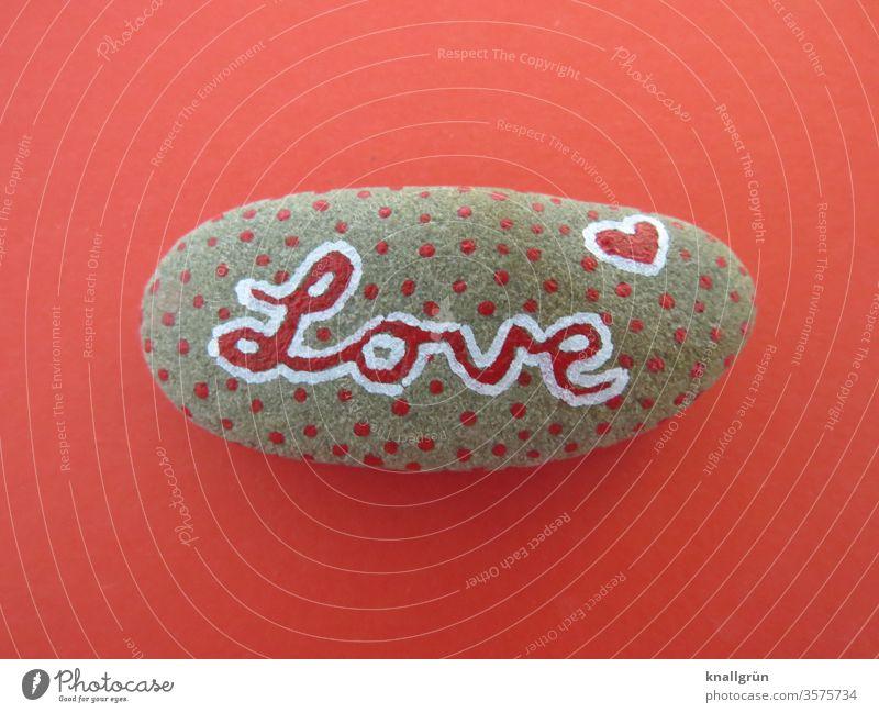 """Rot gepunkteter Glücksstein mit dem Schriftzug """"Love"""" auf rotem Grund Liebe Kreativität Stein Romantik Graffiti Herz Verliebtheit Gefühle Zeichen Schriftzeichen"""