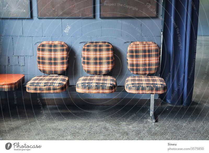 """Karierte Sitzreihe """"Flotter Dreier"""" Sitzbank Stühle kariert karierter Bezug Sitzgelegenheit Stuhl Möbel Sitzmöbel sitzen Reihe warten trist Platz leer frei"""