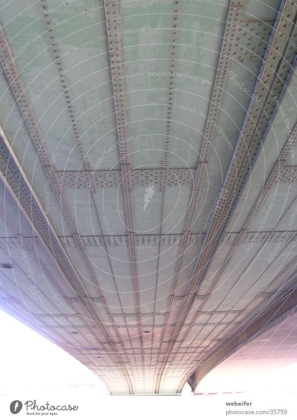 Unter der Brücke Froschperspektive Konstruktion Köln Deutzer Brücke Niete Metall