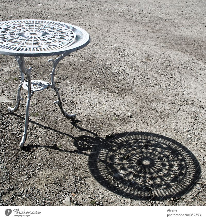 AST6 Inntal | Ausstellungsstück in Hell und Dunkel Sommer Sonne Garten Möbel Tisch Gartentisch Gartenmöbel Metall Ornament hell schwarz weiß Romantik Design