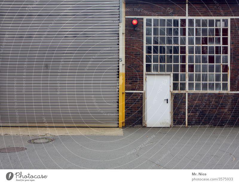 Halle mit Rolltor ,Tür und Fenster Tor geschlossen grau Eingang Gebäude Architektur Lager Lagerhalle Warenlager Arbeit & Erwerbstätigkeit Lagerhaus Arbeitsplatz