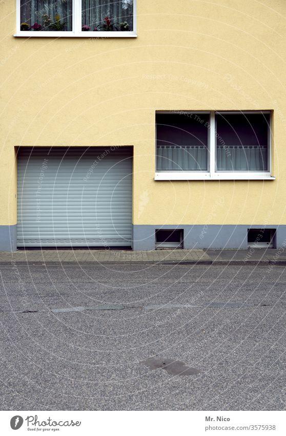 gelbes Haus Architektur Gebäude Fenster Fassade Bauwerk Stadt Tür Tor Garagentor Rolltor Kellerfenster Gardine Straße Wege & Pfade Asphalt Bürgersteig grau