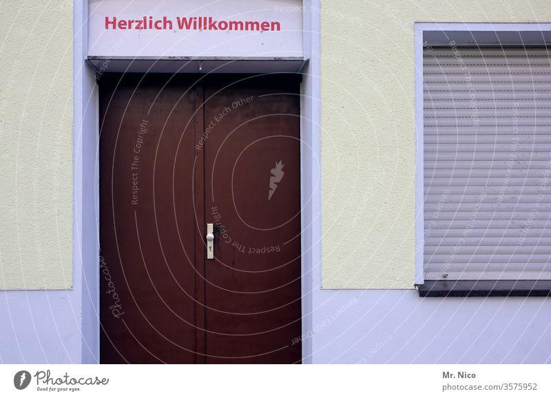 Herzlich Willkommen Herzlich willkommen Tür Fenster Haus Gebäude Fassade Architektur Rolladen geschlossen Eingang willkommen heißen Schriftzeichen