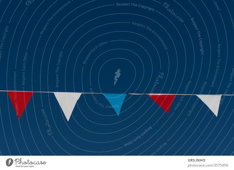Wimpel in den Farben rot, weiß, blau an einem Seil vor neutral blauem Hintergrund Fähnchen Flaggenfarben Fahne Wimpelkette Feste & Feiern mehrfarbig