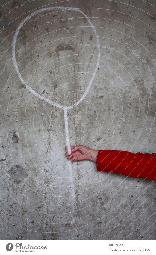 Luftballon auf Beton Mauer Wand Arme Hand festhalten Kreidezeichnung greifen grau Gemälde gezeichnet Schnur Seil Spielzeug Geburtstag Kritzelei