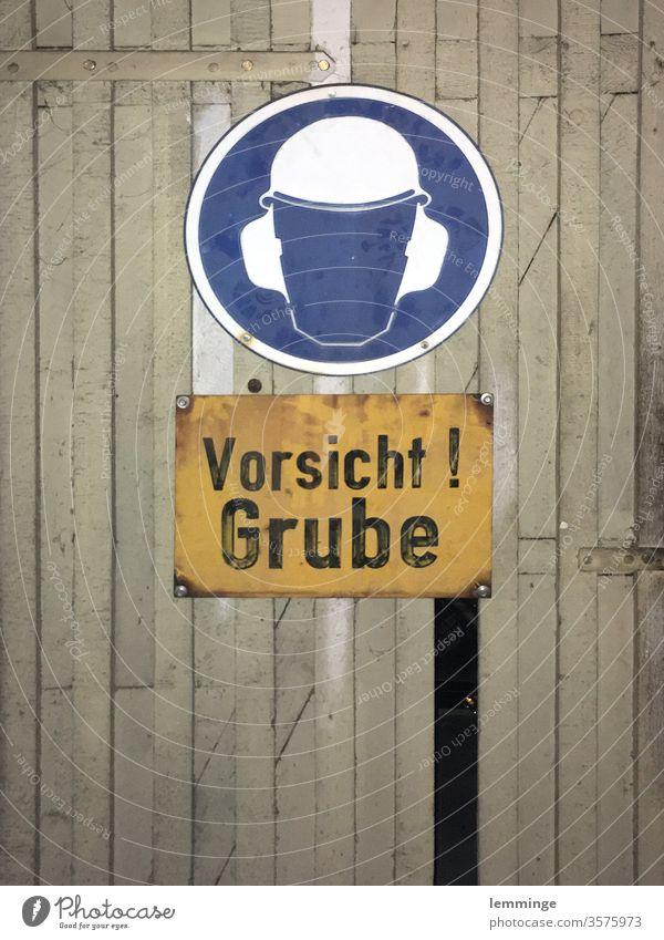Wilde Grube Warnhinweis Warnschild Kellertür Arbeiter Bruchbude Holzdielen Fehler Innenaufnahme unterirdisch Menschenleer Tür Haus Eingang