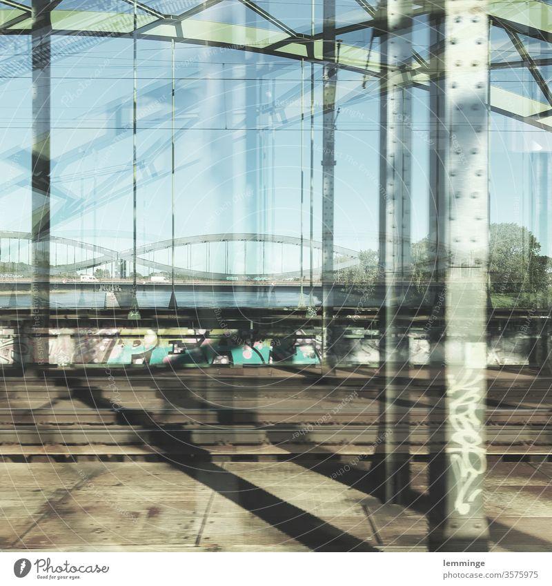 Hamburger Brücken Brückengeländer Brückenpfeiler Außenaufnahme Menschenleer Architektur Gleise Schienenverkehr Bahnfahren Langzeitbelichtung mehrfachbelichtung