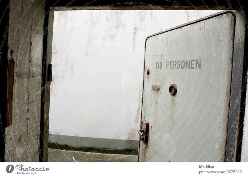 110 Personen Tür Stahltür Bunker Schutz Schutzraum Sicherheit begrenzt Anzahl & Menge Menschenleer Gebäude Mauer Bauwerk Architektur Wand alt Beton