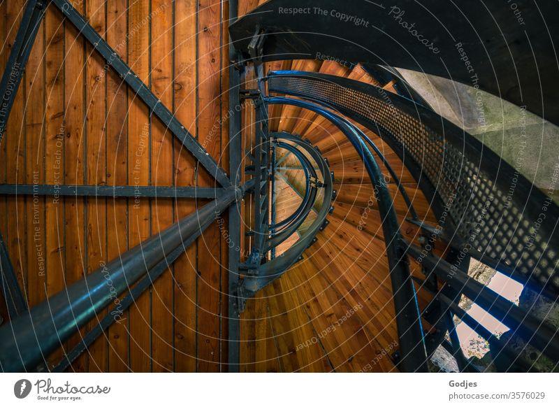 Blick nach oben in ein Treppenhaus aus Holz und Metall, Wendeltreppe Architektur Treppengeländer Innenaufnahme Menschenleer Farbfoto Gebäude Haus Wand Mauer