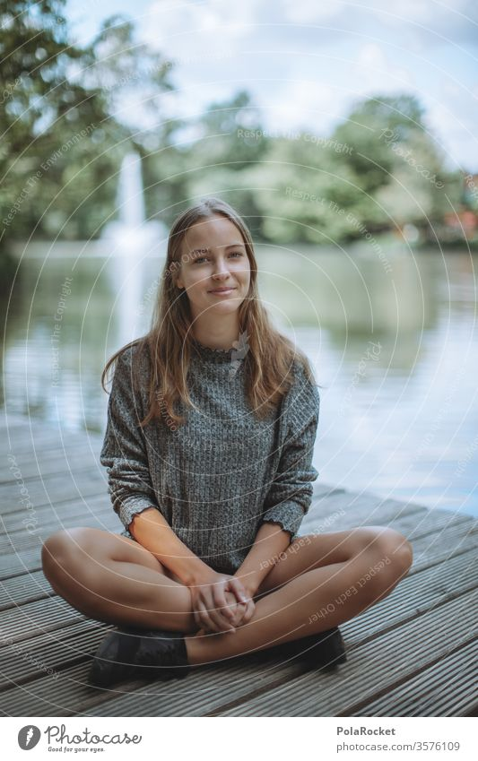 #A10# Sommertag XV langhaarig natürlich posen shooting Fotografieren draußen Erholung Seeufer Model sitzen Frau entspannen Jugendliche Natur genießen Park