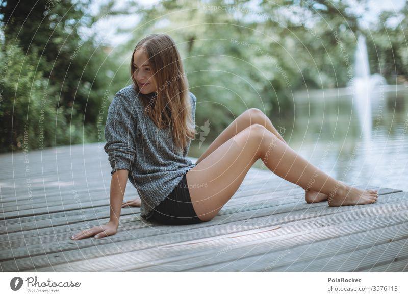 #A10# Sommertag V wartend sitzend Sonnenlicht feminin Zufriedenheit ruhig Porträt Mensch Erwachsene Farbfoto Gras Lächeln Außenaufnahme Junge Frau grün