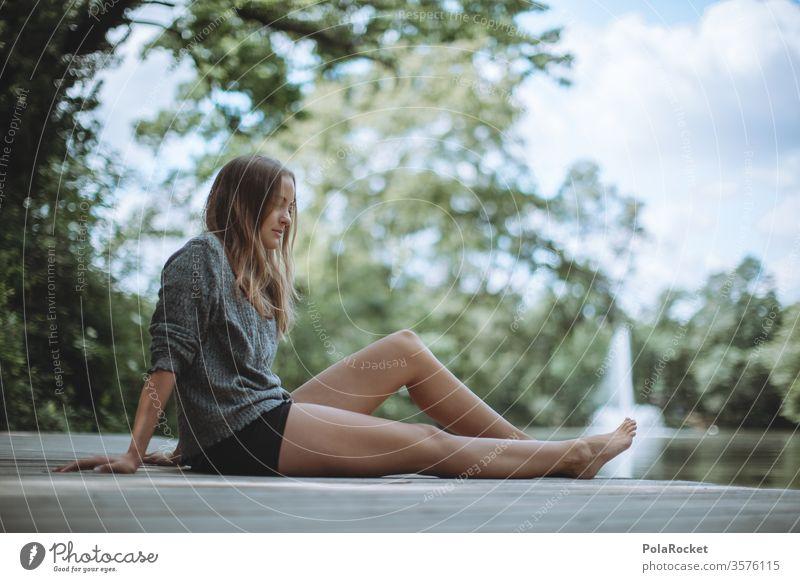 #A10# Sommertag XIX Schönheit wartend sitzend Sonnenlicht feminin Zufriedenheit ruhig Porträt Mensch Erwachsene Farbfoto Gras Lächeln Außenaufnahme Junge Frau