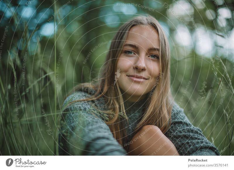 #A10# Sommertag XII Sonnenlicht Porträt ruhig Zufriedenheit feminin Mensch Erwachsene Farbfoto Außenaufnahme Jugendliche Junge Frau Lächeln Gras Wiese