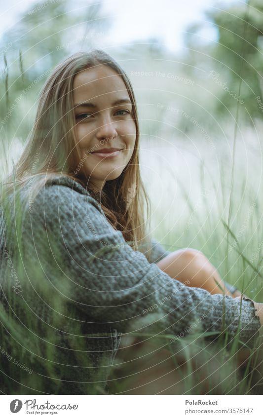 #A10# Sommertag I Frau sitzen draußen Natur genießen entspannen Erholung Park grün naturliebhaber Wiese Gras Lächeln Junge Frau Jugendliche Außenaufnahme