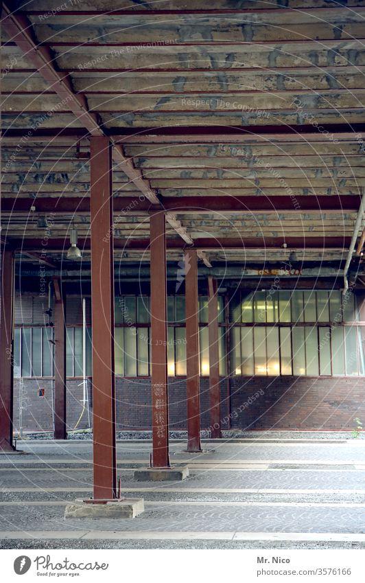Lagerhalle Industrie Fabrik verfallen dreckig Gebäude Industrieanlage Bauwerk Fenster Architektur leer Stützen Stahlträger Halle Industrieruine Abrissgebäude