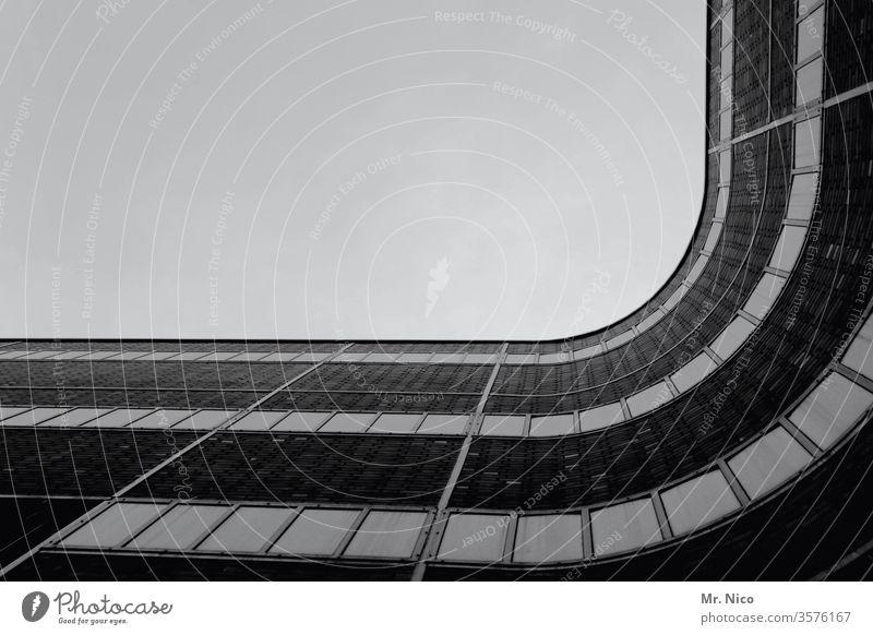 geschwungen Architektur Moderne Architektur Fassade Gebäude Haus Fenster Froschperspektive Himmel Kontrast Schatten Konstruktion Stadt Hochhaus einzigartig