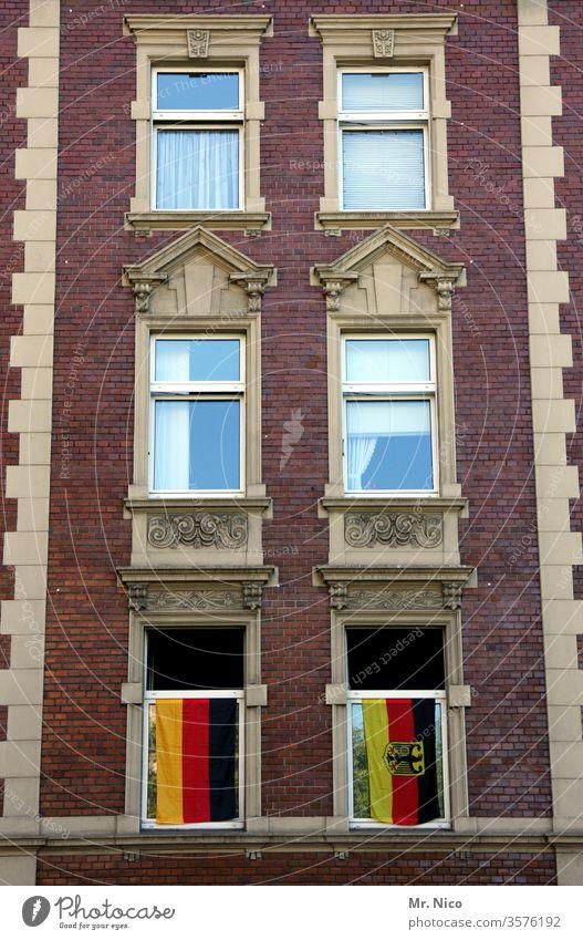 deutsche I Nachbarschaften Deutschland Stadt Haus Gebäude Fenster Fassade Hochhaus Flagge Deutschlandfahne Architektur nachbarschaft Wohnung gold rot schwarz