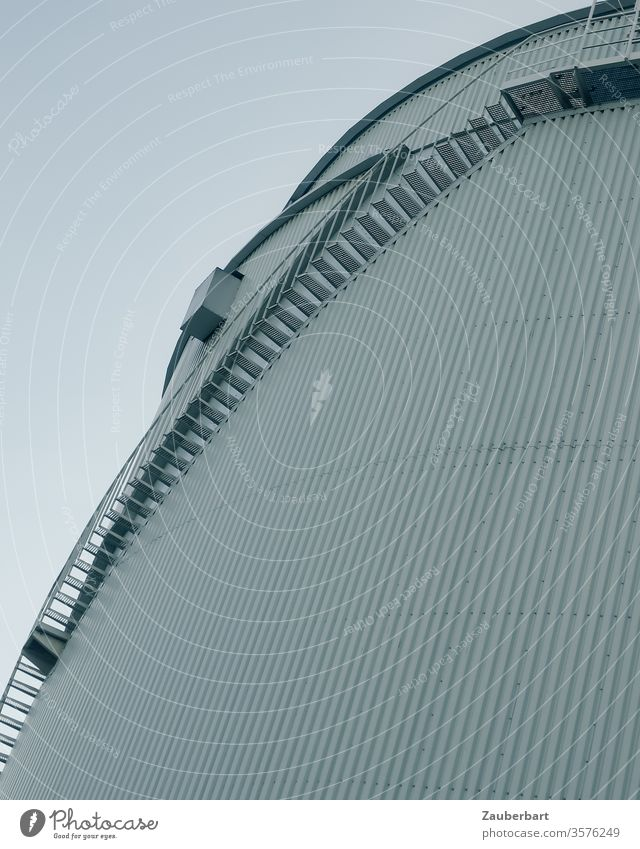 Treppe am Fernwärmespeicher des Fernheizwerks Neukölln Aufstieg Kurve Bogen Fassade Metall Streifen weiß grau trist reduziert Linie graphisch abstrakt schlicht