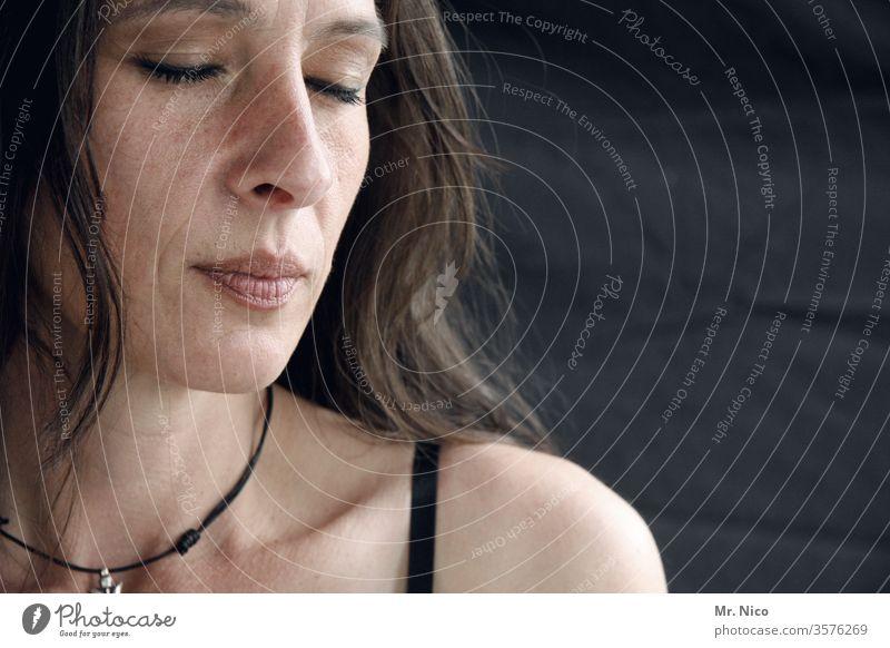 absolute stille geschlossene Augen Gesicht Frau Einsamkeit gedankenlos Meditation Konzentration Müdigkeit Sehnsucht nachdenklich Traurigkeit Porträt entspannung