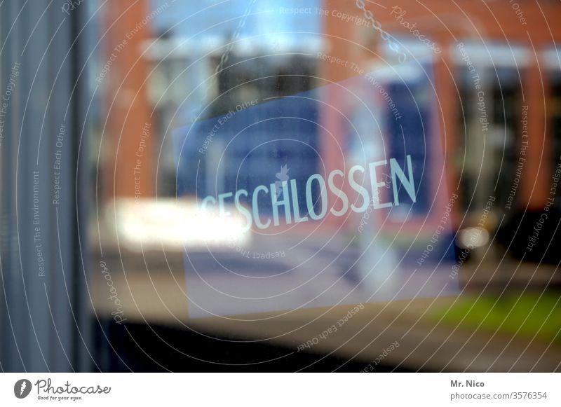 Geschlossen ! geschlossen Fensterscheibe Glasscheibe Reflexion & Spiegelung durchsichtig Hinweisschild ladenschluss schließen schließung geschäft Krise Eingang