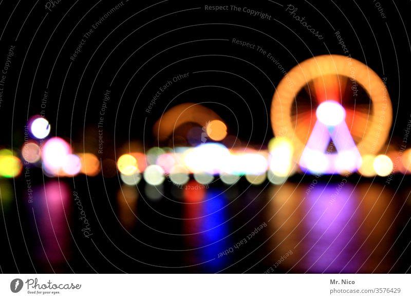 Kirmes bei Nacht Volksfest Jahrmarkt Feste & Feiern Riesenrad Freizeit & Hobby Licht Karussell drehen Oktoberfest Fahrgeschäfte rund schaustellerbetrieb