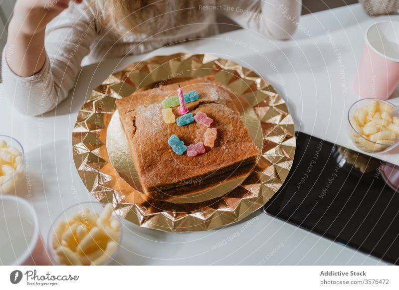 Leckerer Geburtstagskuchen mit Kerze und Bonbons auf dem Tisch Kuchen Götterspeise Nummer Form fünf 5 feiern Party Feiertag Kind lecker Dessert geschmackvoll