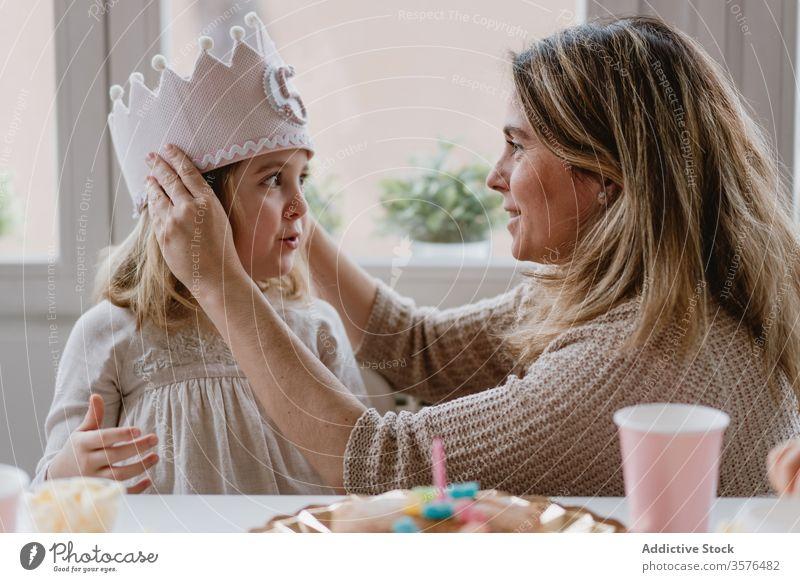 Mutter setzt Tochter im Urlaub dekorative Krone auf Geburtstag Prinzessin Liebe handgefertigt Party feiern heimwärts Filz Kind Veranstaltung Spaß Zusammensein
