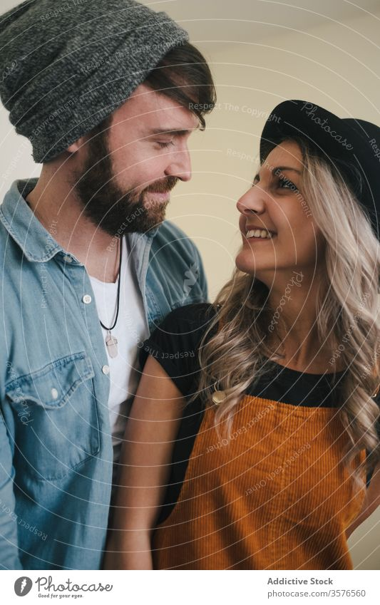 Glückliches Paar umarmt zu Hause in der Küche stehend Umarmen Partnerschaft positiv Hipster Stil Freund Zuneigung Zusammensein Liebe Freundin heiter freundlich