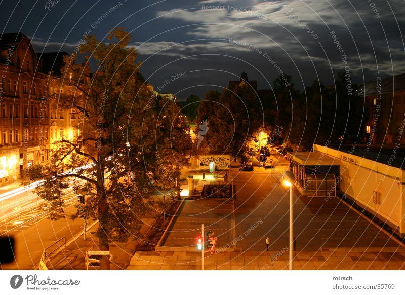 nachts aus dem fenster schauen Nacht Langzeitbelichtung Haus dunkel Mischung Straße