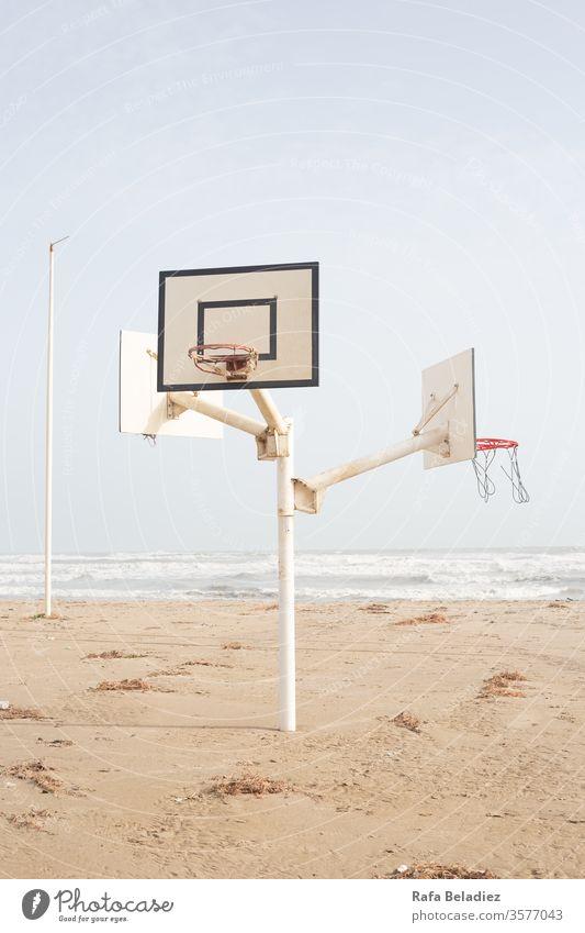 Wunderschöner Basketballplatz in der Mitte des Strandes Sport Natur Korb Sand Sonne Wasser Meer Minimalismus