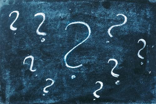 Viele Fragezeichen aus Kreide auf einer Tafel. Konzept Unwissenheit, Rätsel und Bildung. Schule Nachhilfe Klassenraum Schulunterricht nicht verstehen Unklarheit