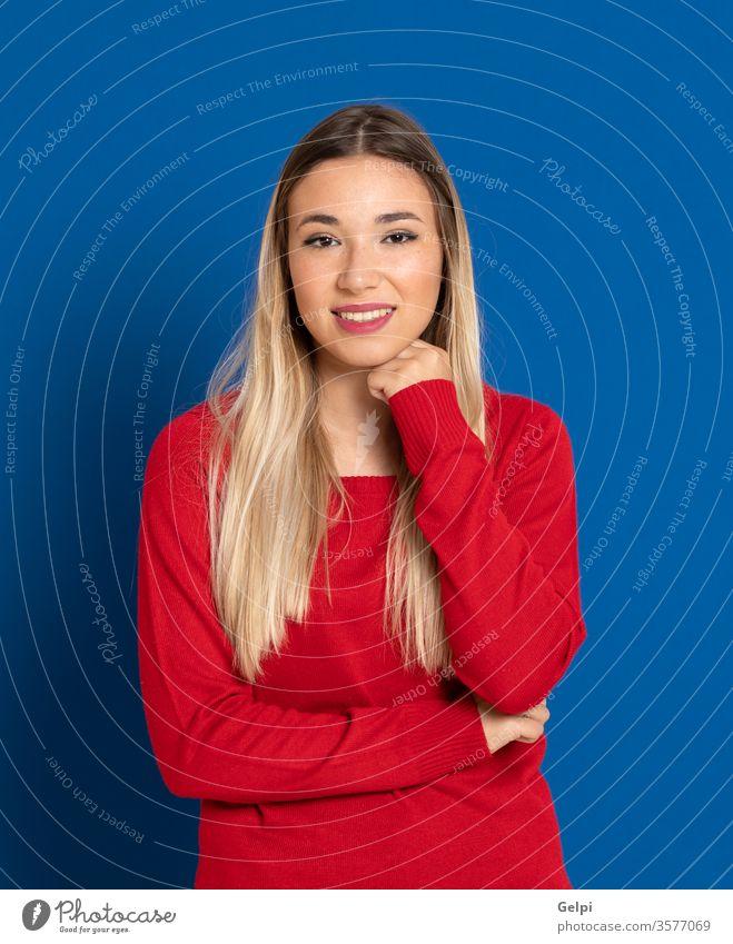 Schönes Mädchen mit rotem T-Shirt Person blau blond Denken besinnlich nachdenklich Idee Fairness Behaarung Kopf Ausdruck gestikulieren jung schön Frau Mode