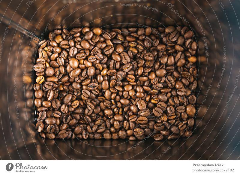 Geröstete braune Kaffeebohnen in einer quadratischen Blechdose als Hintergrund. gebraten Textur Dose Bohnen weiß schwarz Espresso dunkel trinken
