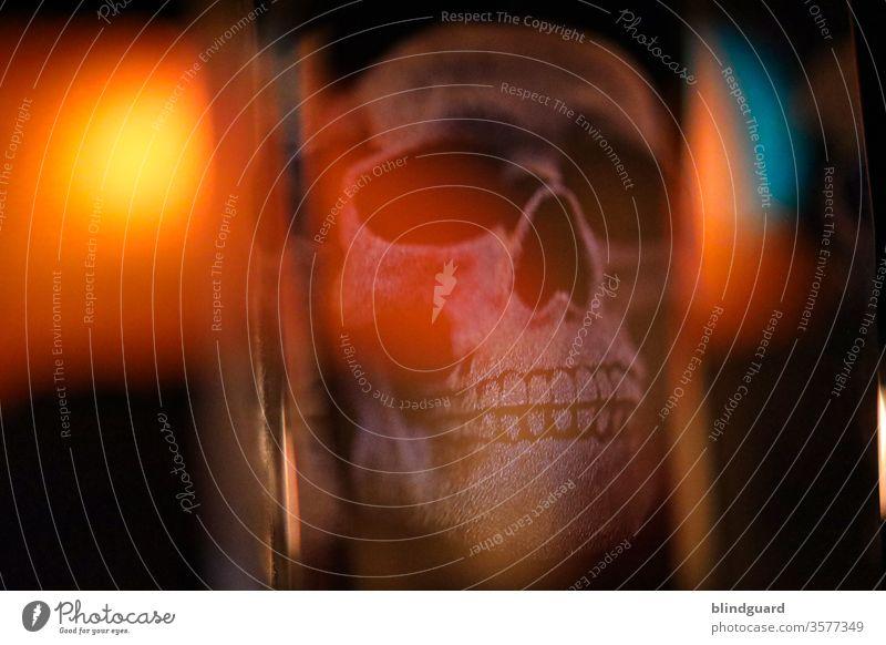 Der Tod in Acryl. Lichterspiel eines 3D-Schädels in einem Acrylblock. Totenkopf Kopf skurril Zähne gruselig Mensch Innenaufnahme Halloween Angst dunkel Gesicht