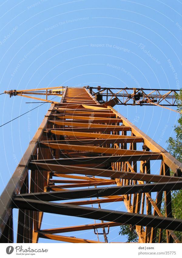 Ein Kran... gelb hoch Technik & Technologie Baustelle Stahl bauen Elektrisches Gerät