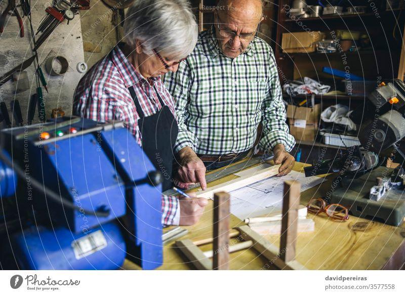 Seniorenpaar in einer Tischlerei Schreinerei Paar Zimmerer Werkstatt arbeiten Holz reif Business Kaukasier heimwärts Ruhestand Arbeiter Kunstgewerbler