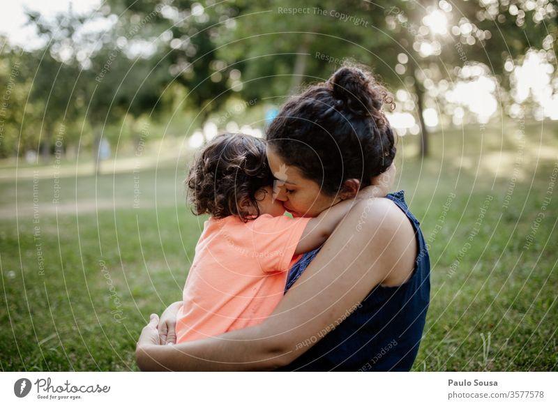 Mutter umarmt Tochter Muttertag Mutterschaft Mutterliebe Kind Liebe Zusammensein Zusammengehörigkeitsgefühl Lifestyle Leben Bonden Pflege Sommer Fröhlichkeit