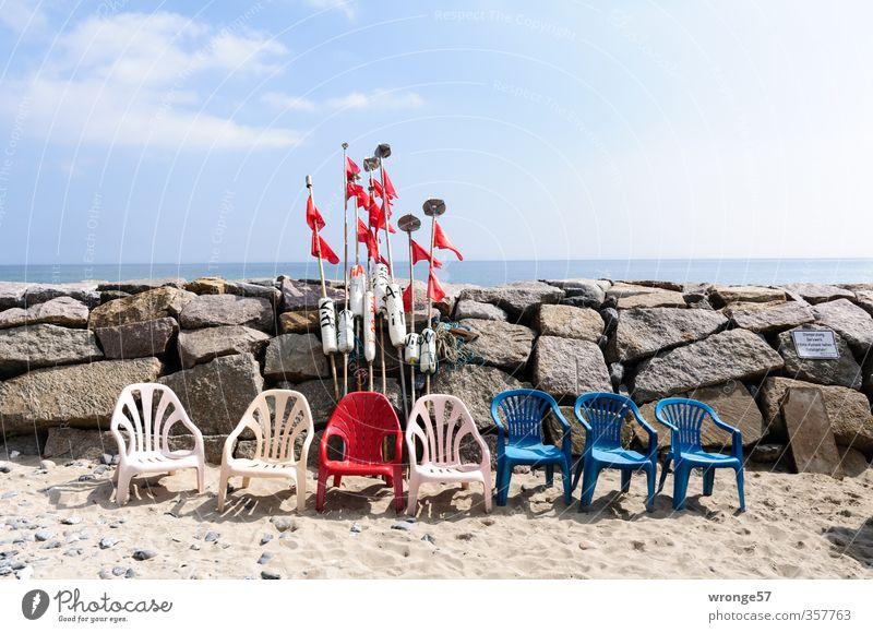 warten Himmel blau weiß rot Wolken Strand Küste Stein Sand Stuhl Sitzgelegenheit himmelblau Wolkenhimmel Fischerdorf Plastikstuhl Stuhlreihe