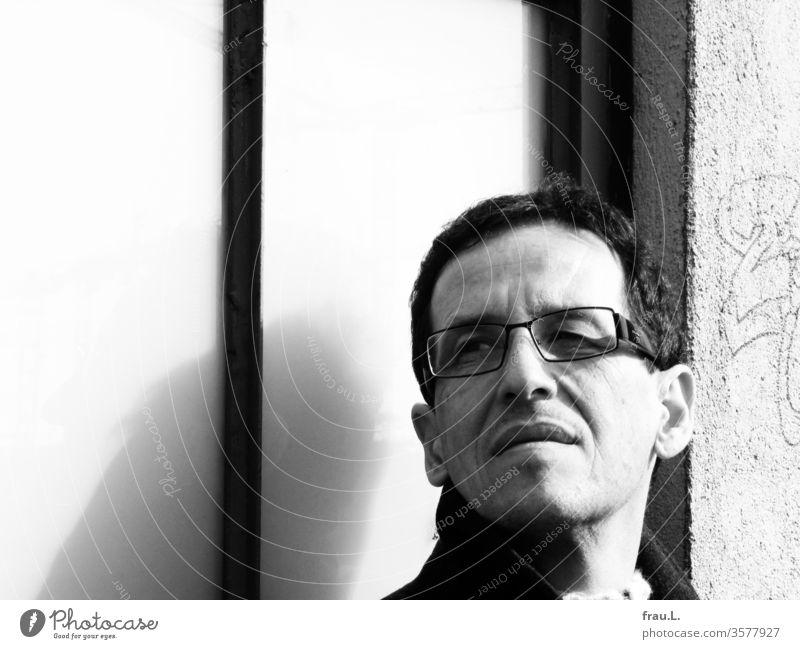 Mit kritischem Seitenblick taxierte der Brillenträger die Ferne. Mann Erwachsene Potrait Gesicht Fenster Spiegelung Reflexion & Spiegelung attraktiv