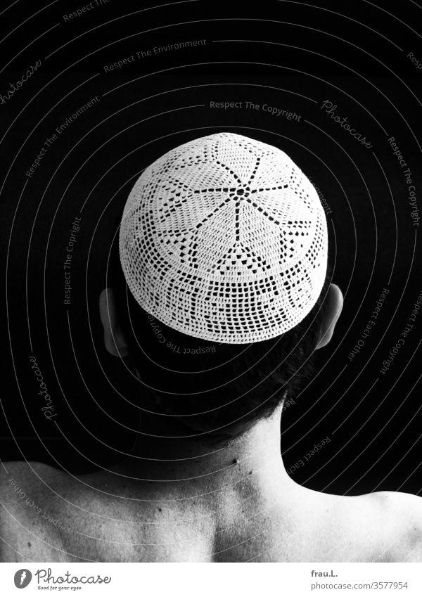 Er fand die gehäkelte Mütze sehr schön, auch weil sie ihn an wundervolle Tage und Menschen in Ägypten erinnerte. Filethäkelei Mann Kopf Hinterkopf Schultern