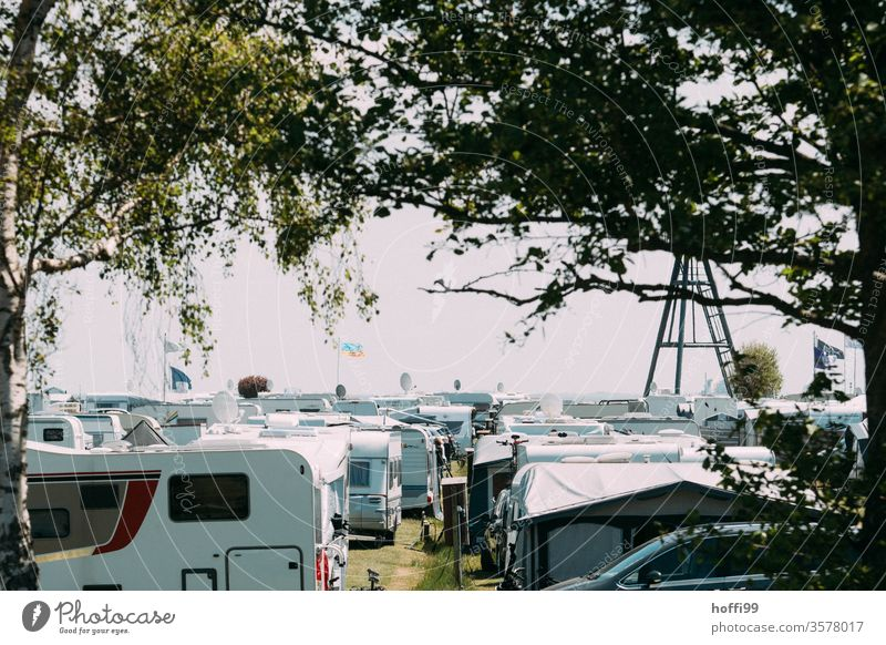 Campingplatz - dicht an dicht die Wohnwagen Wohnmobil Ferien & Urlaub & Reisen Tourismus Sommerurlaub Mobilität mobiles Zuhause Ausflug Freiheit Lifestyle retro