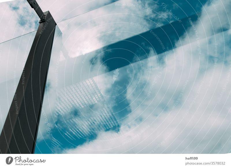 Himmel mit sich spiegelnder Trägerkonstruktion einer Glasfassade Glasscheibe tranbsparent Design Architekturfotografie ästhetisch komplex Spiegelung Struktur