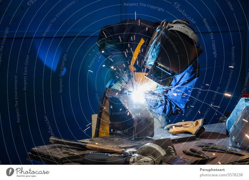 Mann schneidet Eisen Bauherr Gebäude Business kreisen Konstruktion Lamelle elektrisch Elektrizität Gerät Fabrik Grinden Hand Industrie Maschine Herstellung