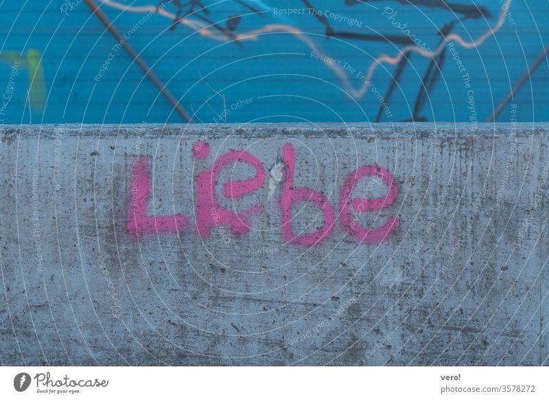 Schrift: Liebe Farbfoto Menschenleer Außenaufnahme Textfreiraum unten authentisch Freiheit Zentralperspektive Tag Straße Kleinstadt Symbole & Metaphern